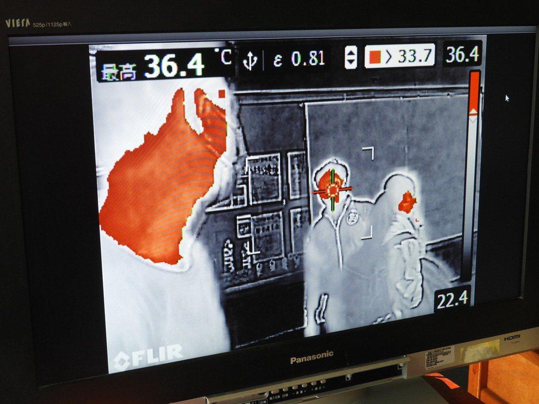 校方也實測將溫度檢測標準降低,體溫若超過標準值,屏幕上會呈現紅色。記者高宇震/攝...