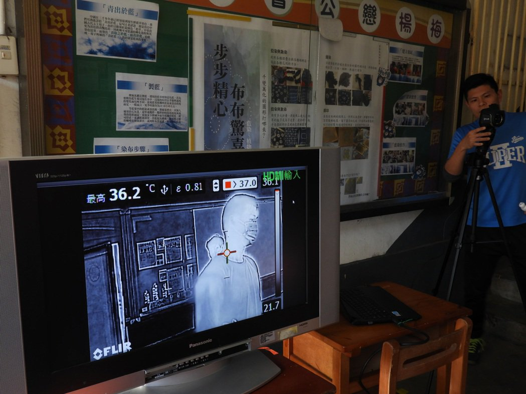 楊梅國中開學後於每天學生進校時段,使用紅外線體溫感測儀,不必一個個用耳溫槍量體溫...