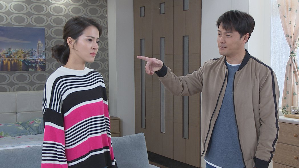 「多情城市」戲中,蘇晏霈(左)飾演的「思思」堅持離婚,黃文星不甘指責對方。圖/民...