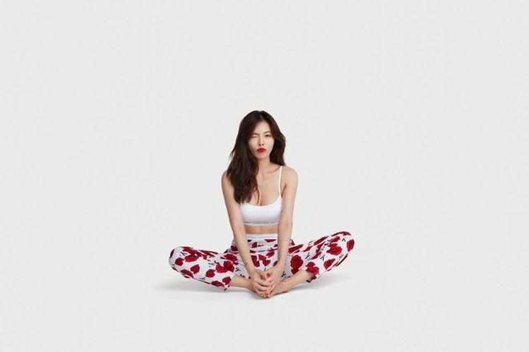 泫雅演繹CK ONE丹寧、內衣系列的亞洲區形象廣告,健康性感。圖/CALVIN ...