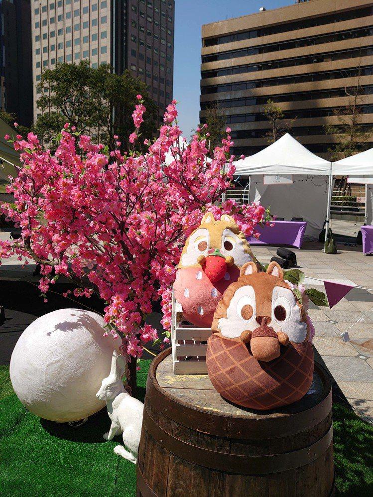 HOLA迪士尼系列櫻花季橡果造型抱枕-奇奇款、草莓造型抱枕-蒂蒂款,原價皆為99...