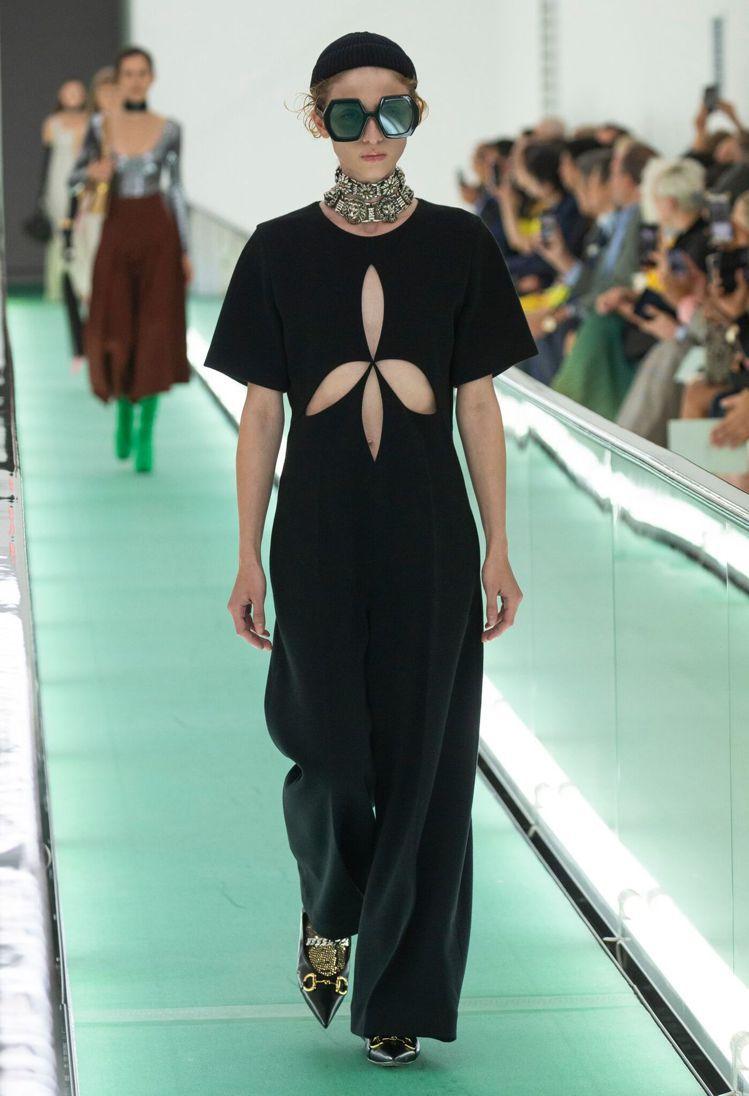 艾兒芬妮穿的黑色連身褲裝出自GUCCI春夏系列。圖/GUCCI提供