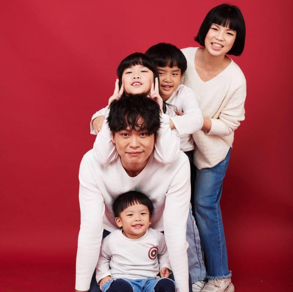 萁萁(後)和黃鐙輝(前二)育有3個小孩,萁萁對台灣防疫有信心。圖/摘自臉書