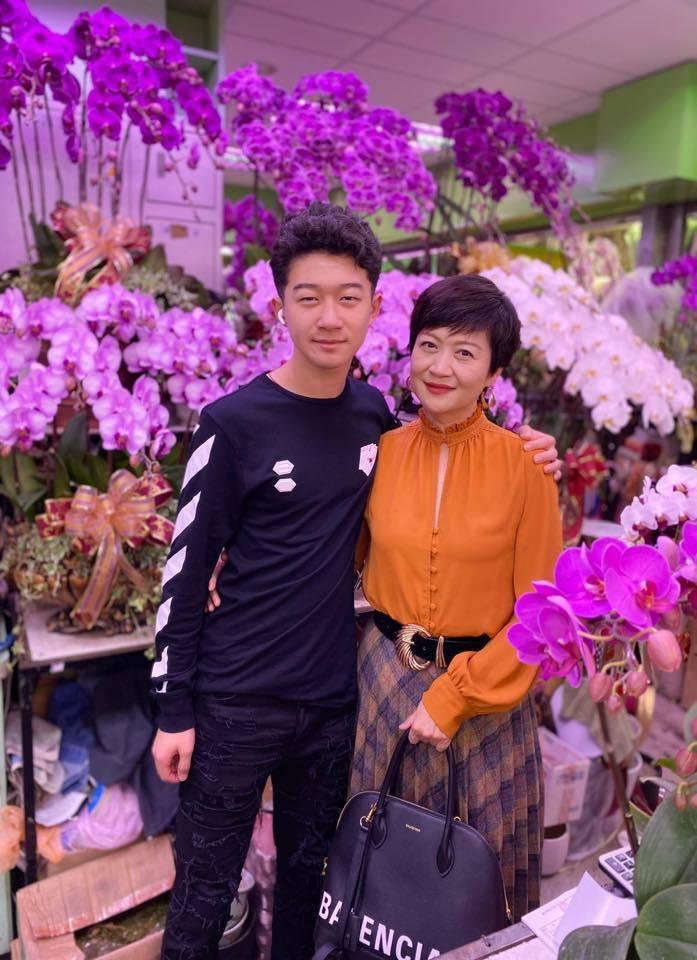 崔佩儀(右)天天熬老薑給兒子貝克宇(左)提升抵抗力。圖/摘自臉書
