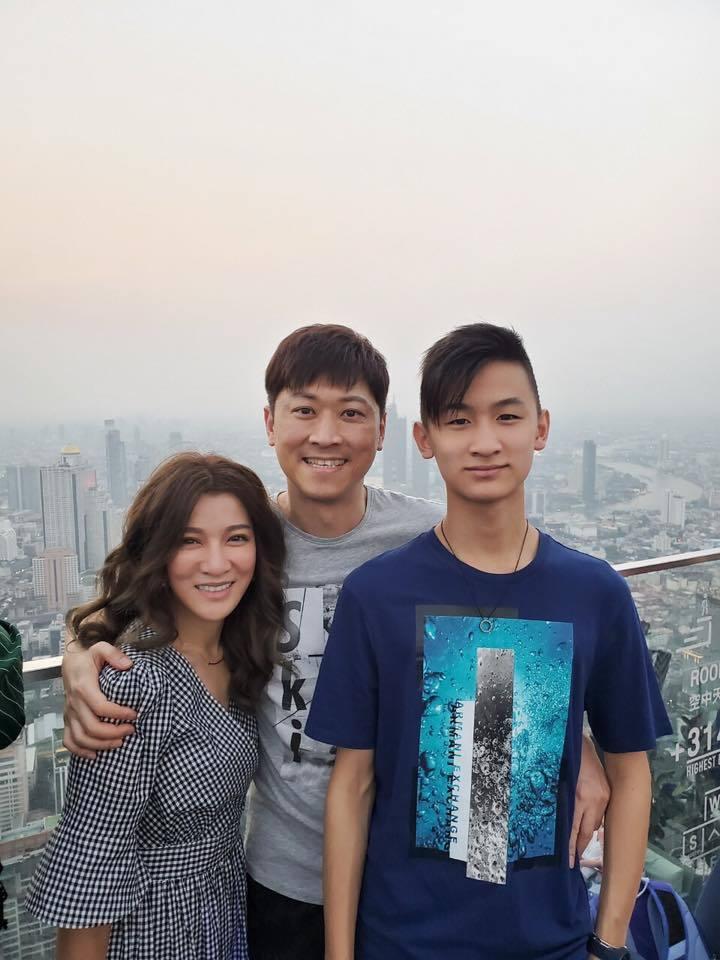 侯昌明(中)和曾雅蘭(右)兒子已經念國中。圖/摘自臉書