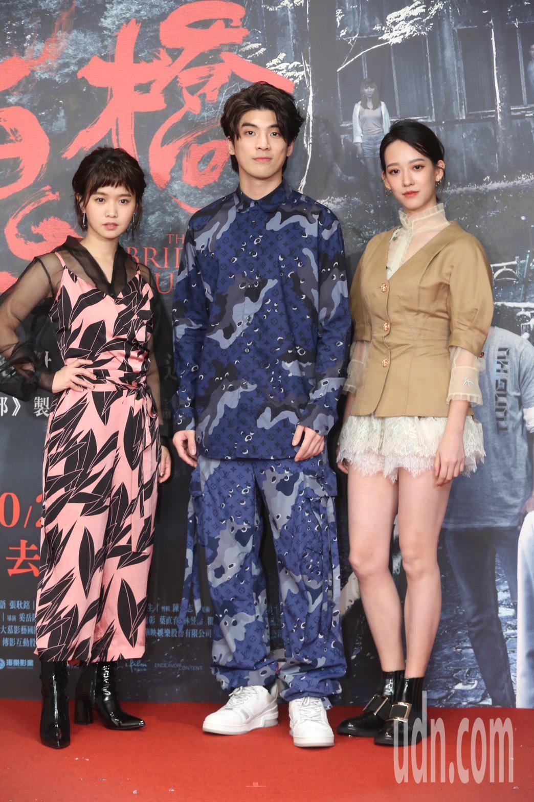 孟耿如(右)、林哲熹(中)、嚴正嵐(左)今晚出席「女鬼橋」電影首映會。記者徐兆玄...