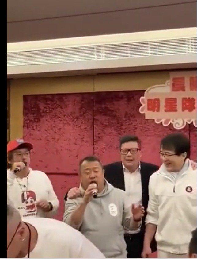成龍(右起)、警務處處長鄧炳強、曾志偉以及譚詠麟在新冠肺炎肆虐期間聚餐唱歌,引起...