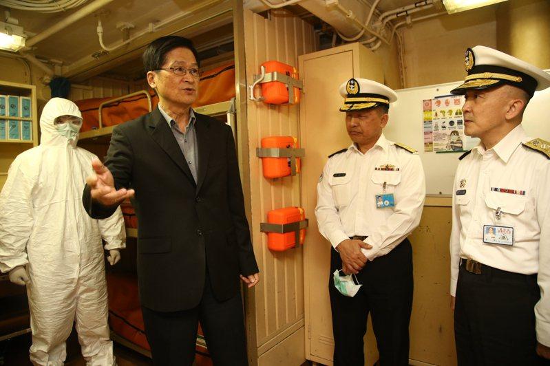 國防部長嚴德發登上海軍承德軍艦視導防疫作為。圖/軍聞社