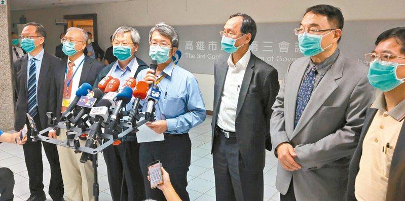高雄市長韓國瑜昨主持防疫會議,會後由衛生局長林立人(左四)對外說明會議結論。 記者蔡容喬/攝影
