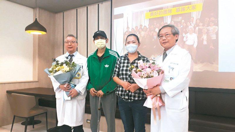 奇美醫院醫學中心發表C型肝炎帶原者捐肝成功案例,患者陳姓兄妹(左二、右二)現身說法,感謝各方協助。 記者周宗禎/攝影