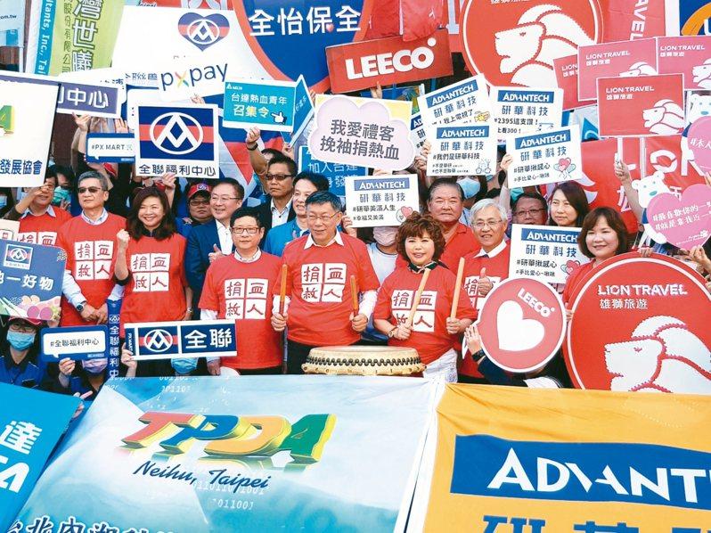 受疫情影響,全台血庫告急,台北內湖科技園區發展協會昨起連兩天舉辦「內科千人捐血活動」,鼓勵企業上班族、民眾捐血。 記者翁浩然/攝影