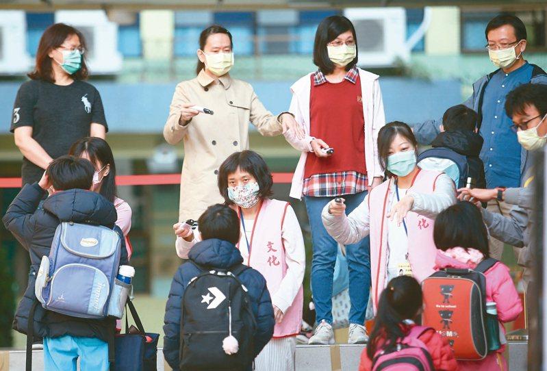 高中職以下學校昨天開學,老師戴著口罩人手一支額溫槍,抗疫繃緊神經。 記者蘇健忠/攝影