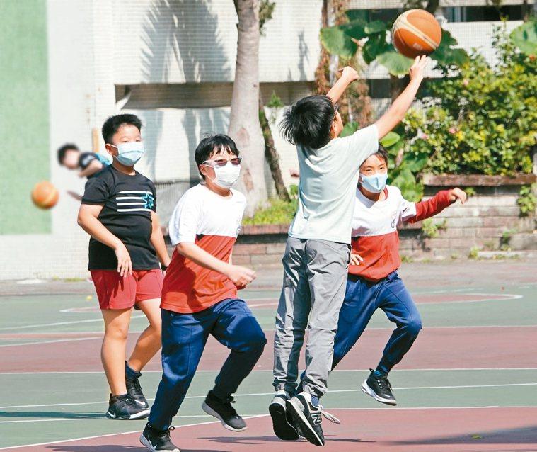 全國高中職以下學校昨天開學,量體溫、戴口罩為「必備課程」, 昨天氣炎熱,許多小朋...