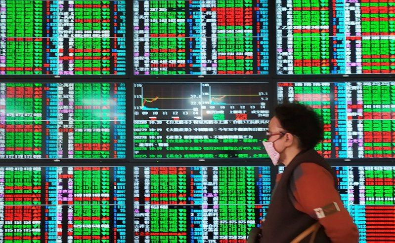 台股昨天開低走高,平盤震盪,投資人多持觀望態度。記者林俊良/攝影