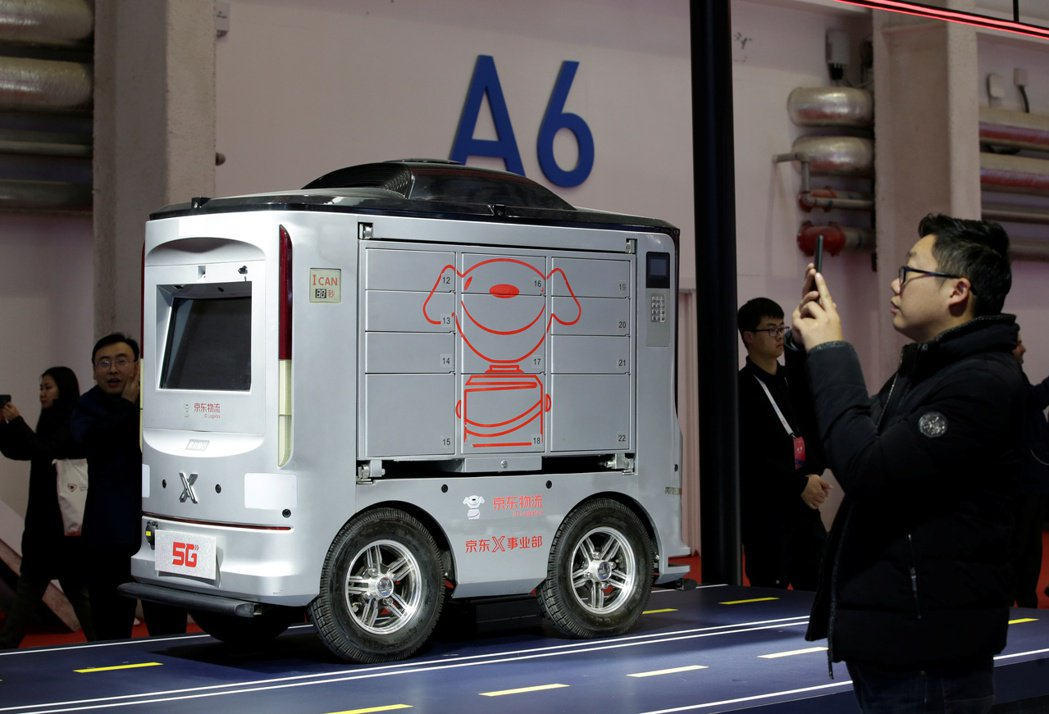 去年11月北京世界5G大會上,京東物流展示了自家開發的智慧配送機器人。 (路透)