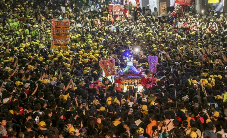 鎮瀾宮媽祖遶境進香活動跨越台中市、彰化縣、雲林縣與嘉義縣等,每年吸引百萬信徒參加,號稱商機數十億元,是台灣年度宗教盛事。 圖/聯合報系資料照片