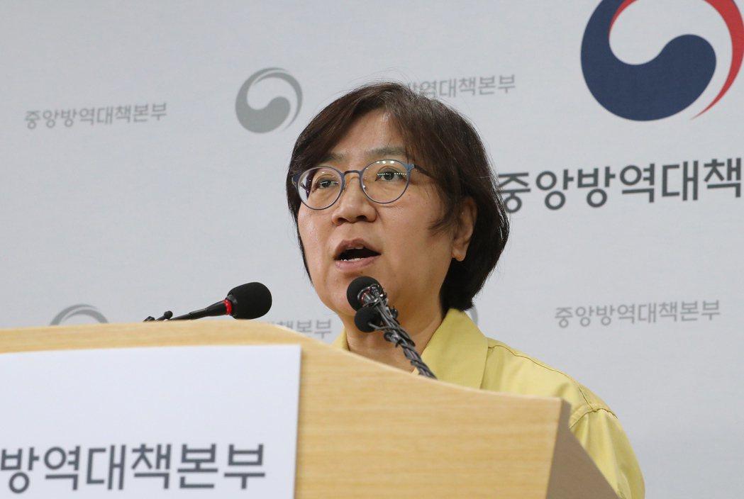 南韓中央防疫對策本部每天召開兩次記者會公布最新疫情資訊,圖為本部長鄭銀敬。(歐新...