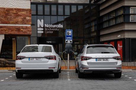 影/全新ŠKODA Superb iV插電式油電動力車 開起來的表現如何?