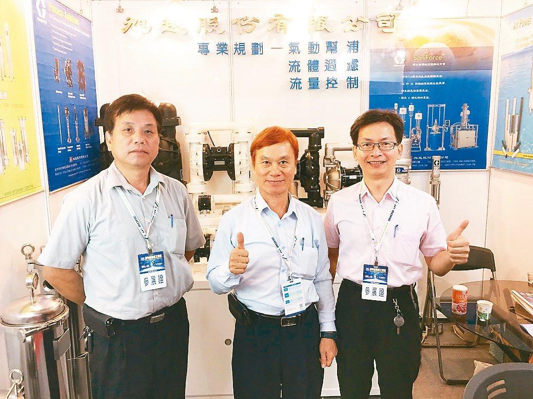 旭越董事長謝永焜(中)與旭越幹部在展場合影。 黃奇鐘/攝影