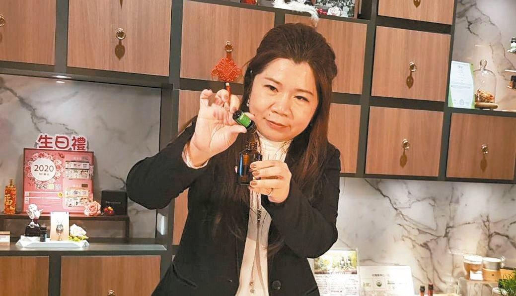 中華國際自然療法暨養生健康促進學會理事長張月園,教導大家使用天然精油自製天然的消...
