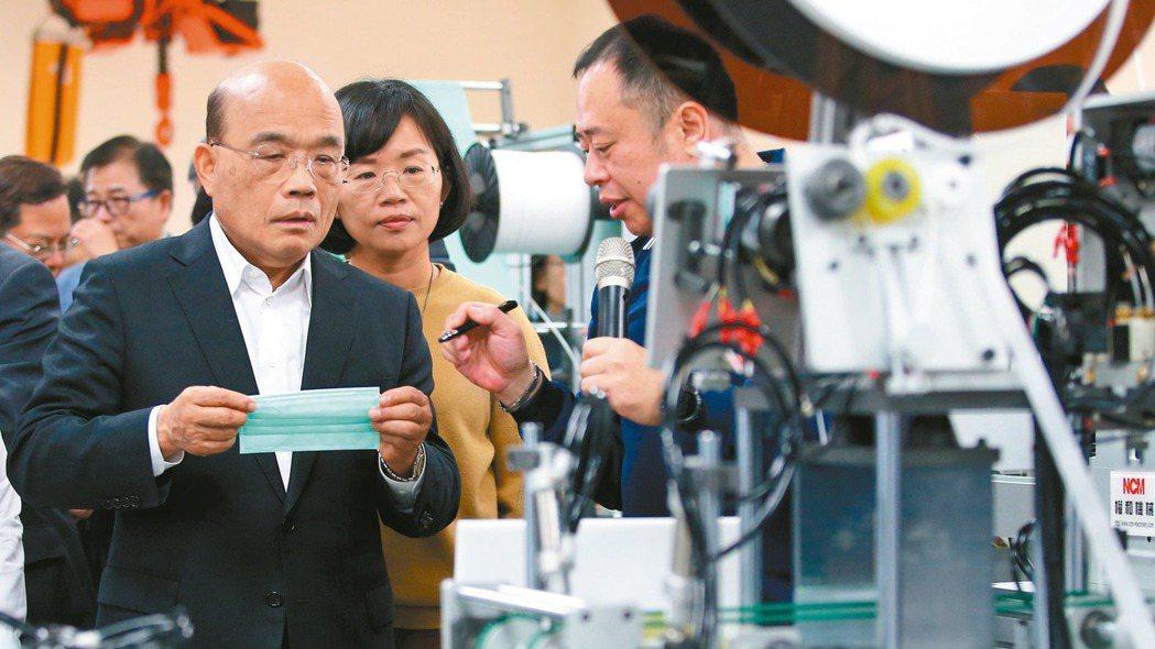 圖為行政院長蘇貞昌日前到鶯歌視察口罩生產機械製造廠,瞭解生產流程。 報系資料照