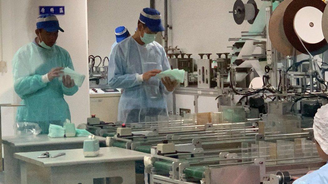 台南後備指揮部30人支援白河恆大口罩工廠,圖為日前廠區人員作業情形。 圖/翻攝自...