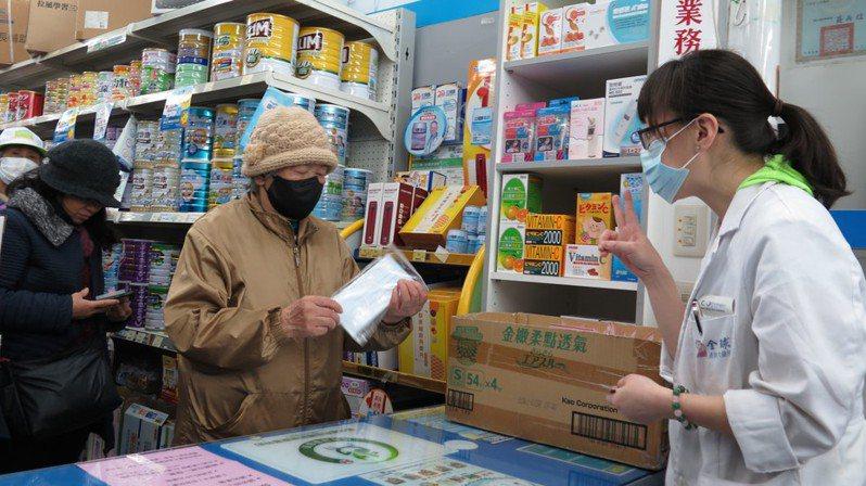 實名制購買口罩上路2月6日首日,多家健保特約藥局都在開賣時間前,吸引大批人龍排隊搶買。 記者張裕珍/攝影