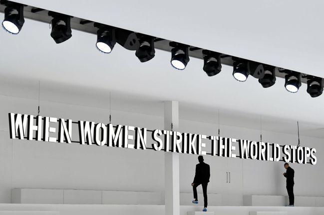 巴黎時裝周24日晚間正式登場,多數品牌也打算如期展示最新女性時裝,卻可能遭遇曝光...