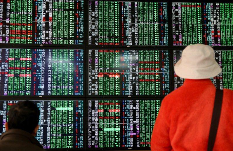亞洲主要股市26日持續弱勢,台股開低後,盤中一度小幅收斂跌勢,不過最終仍不敵賣壓,終場指數以11,433.62點作收,失守半年線。 聯合報系資料照/記者余承翰攝影
