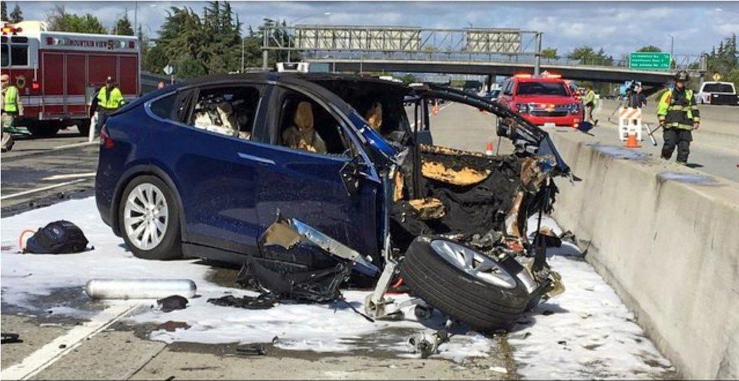 國家運輸安全委員會25日指出,兩年前發生在矽谷的特斯拉X車型SUV車禍中,駕駛人...
