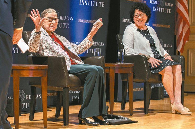 川普25日公開要求聯邦最高法院兩名自由派大法官桑尼婭.薩多馬友(右)和露絲.金斯柏(左),迴避他和與政府有關的所有案件。 美聯社