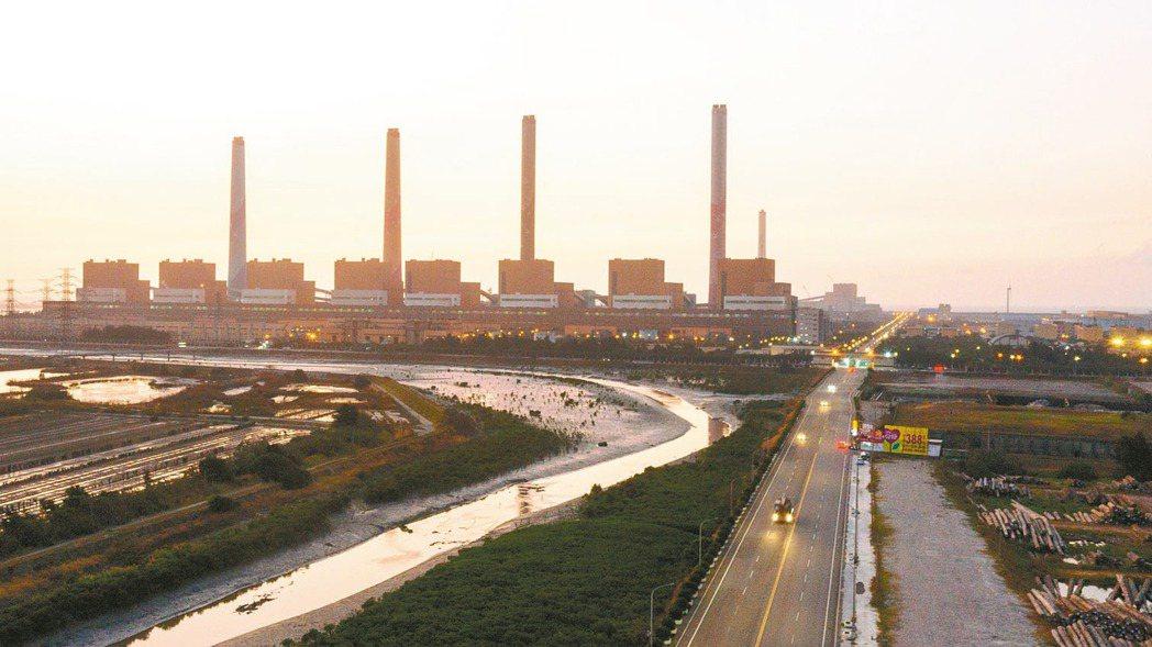 環保署昨天撤銷台中市廢止中火兩部機組許可證的處分,台中市府譴責。 本報資料照片