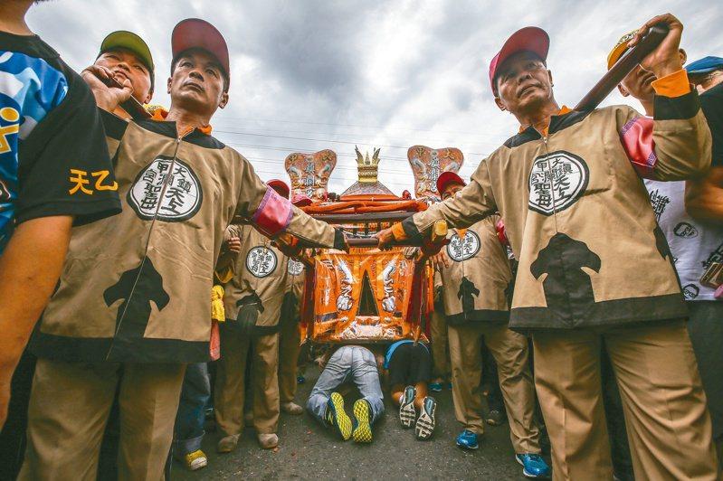 大甲媽祖遶境,信徒紛紛排隊鑽轎底。 圖/聯合報系資料照片