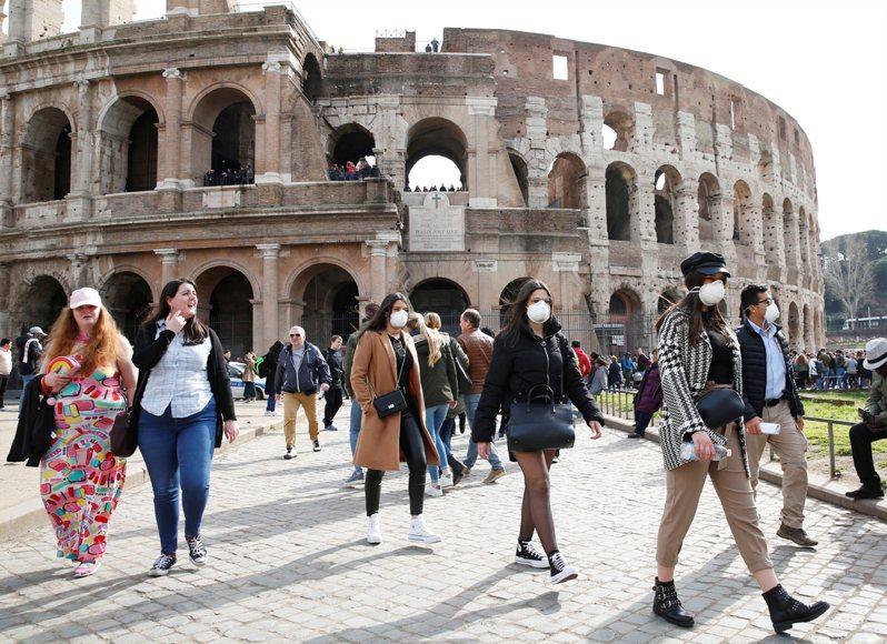 中央流行疫情指揮中心將義大利旅遊疫情建議升至第三級,觀光局表示,目前在義大利之旅行團體約有17團、旅客317人。  路透