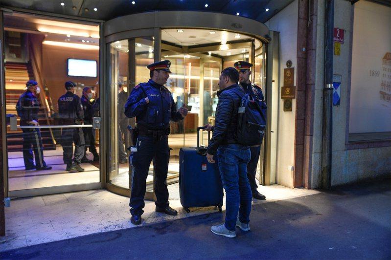 圖為奧地利警察守衛在飯店入口處。路透
