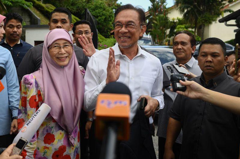 馬來西亞希望聯盟3黨傳出意見一致,將向國家元首表態,從原本全力支持馬哈地繼續擔任首相,轉向支持人民公正黨主席安華(Anwar Ibrahim)接任第8任首相。 法新社