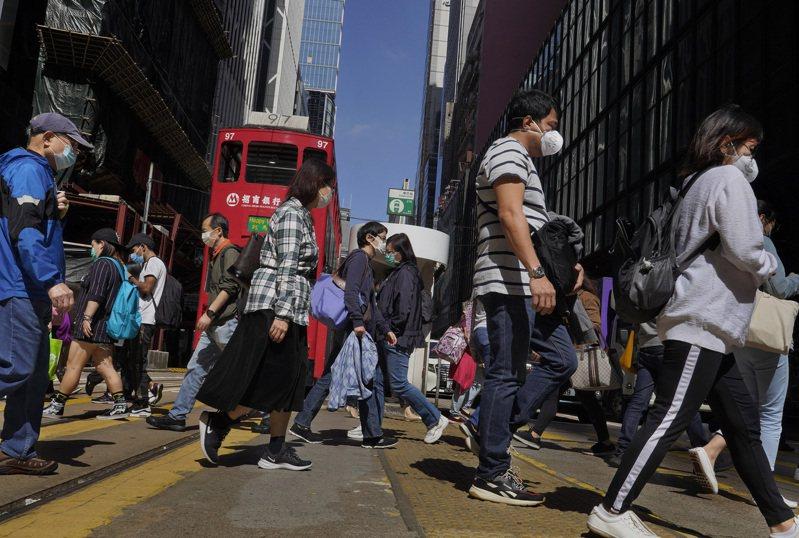 香港抑制新冠肺炎爆疫情之際,醫學專家表示,這個亞洲金融中心的許多人,正因為焦慮加劇和前所未有的心理健康問題而受到打擊。圖/美聯社