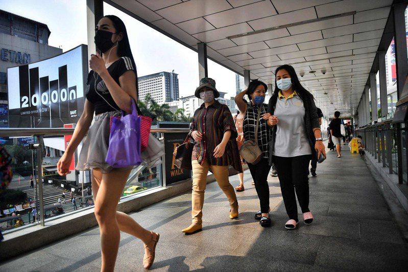 除了商業和娛樂活動解禁,明天起全泰國的學校將正常上學,同時開放特定外國人入境。 法新社