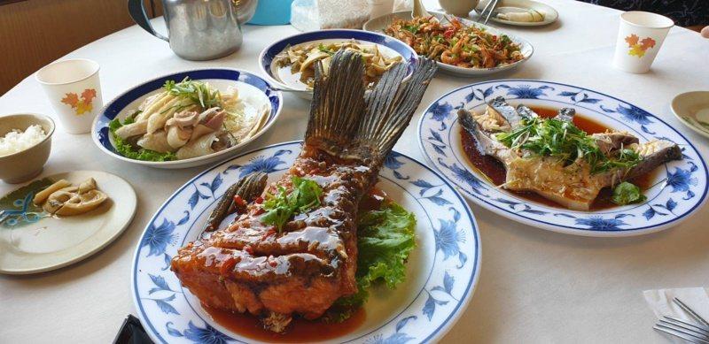 石門水庫壩頂旁的活魚餐廳有道地水庫魚多吃美食。 圖/鄭國樑 攝影