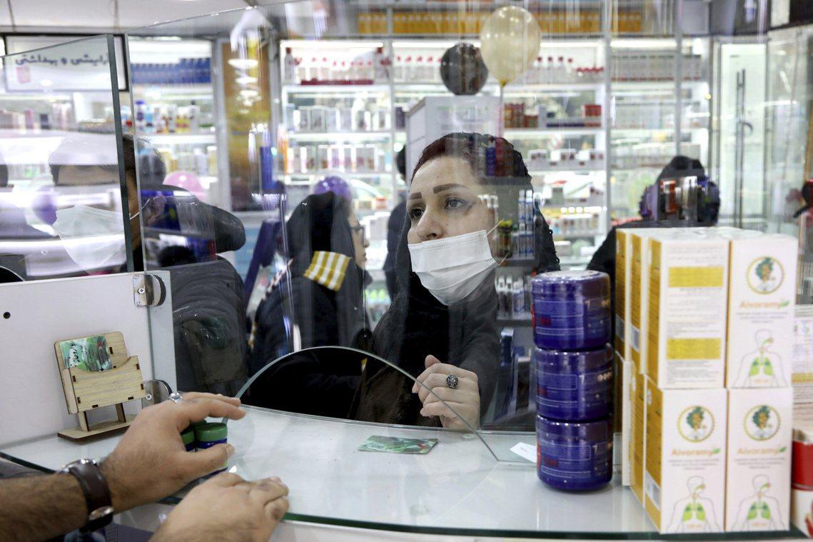 圖為伊朗首都德黑蘭購買醫護用品的民眾。 圖/美聯社