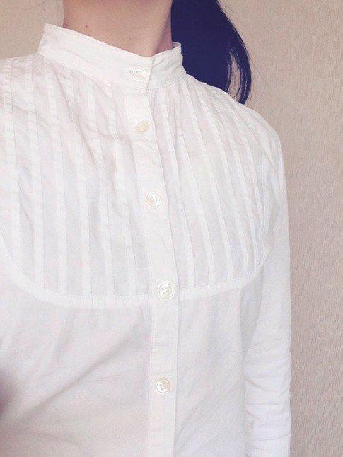 繪里沙淘汰衣服案例:穿了10 年的泛黃襯衫。 圖/幸福文化提供