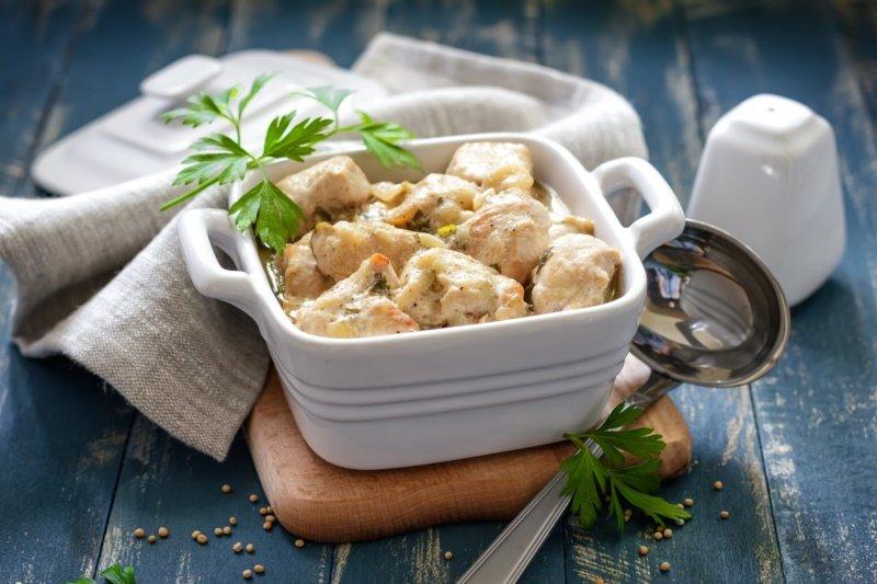 蒸雞肉保留湯汁,冬天熱熱吃。 圖/ingimage 提供