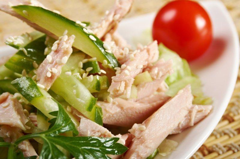 蒸雞肉變化很多,加上自己喜歡的調味與材料,輕鬆上桌。 圖/ingimage 提供