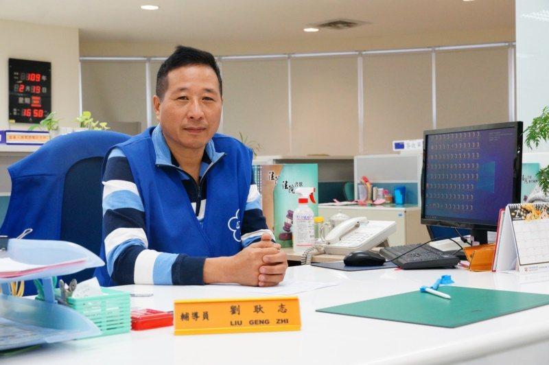 劉耿志擔任橋頭地院志工,替民眾各種訴訟的需求解惑。 圖/林伯驊 攝影