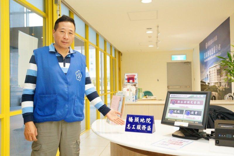 劉耿志每天在橋頭地院當志工6小時,兼任法院球隊教練,生活充實。 圖/林伯驊 攝影