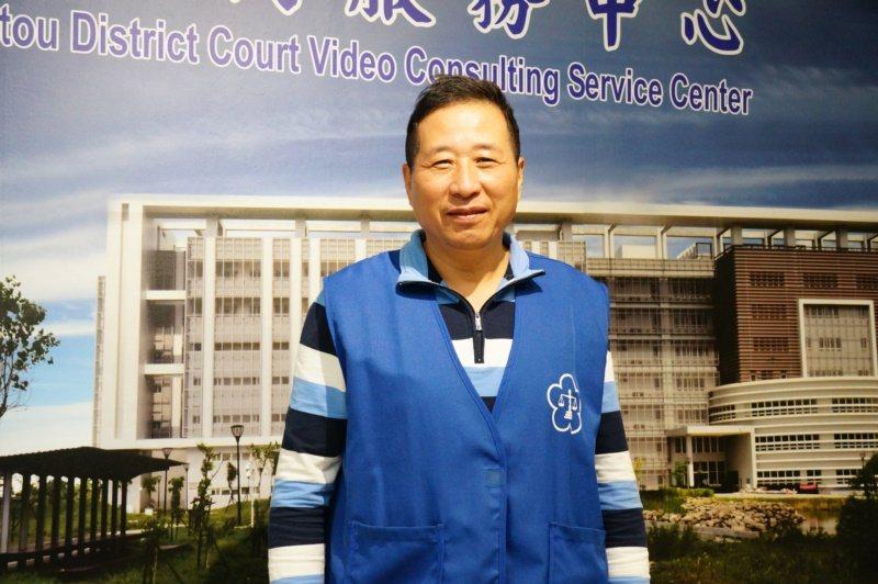 劉耿志曾在高雄地院擔任法警近30年,退休後到橋頭地院當志工。 圖/林伯驊 攝影