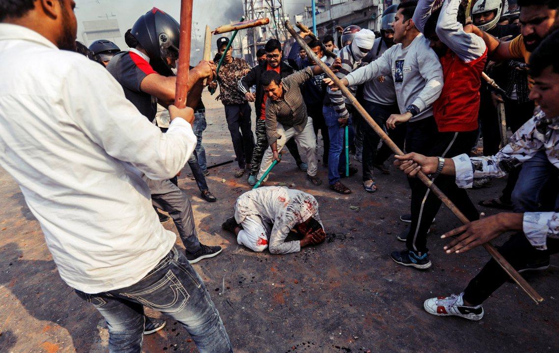 過去48小時,印度新德里爆發了至少十年來最慘烈的大規模宗教族群衝突。圖為一名穆斯...