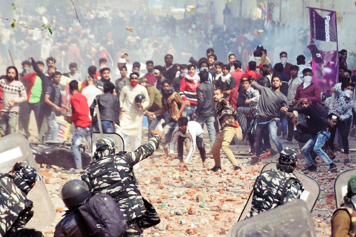 儘管警方發射催淚彈、煙霧彈等試圖清場,但卻絲毫無法控制住場面、甚至被質疑冷眼旁觀...