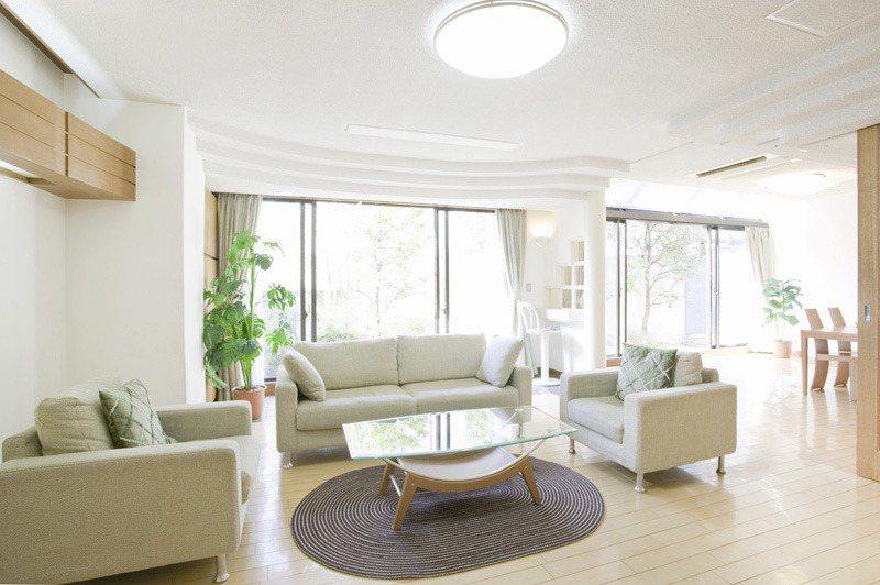 想買一樓房問優缺點,過來人勸退採光不好、蚊蟲多、隱私差。圖片來源/ingimag...