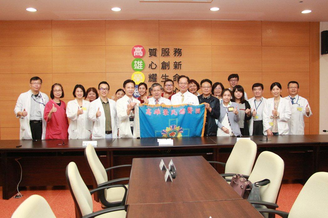 高榮防疫團隊出發前授旗。 高雄榮總/提供。